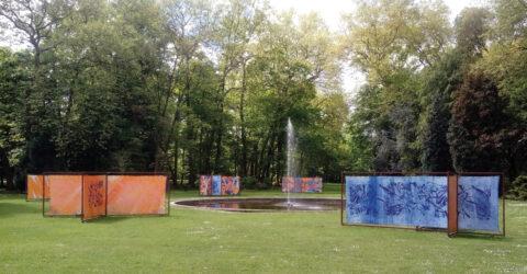 Le parc de la Butte aux grès avec une œuvre réalisée avec le Contrat local d'Éducation Artistique (CLEA)